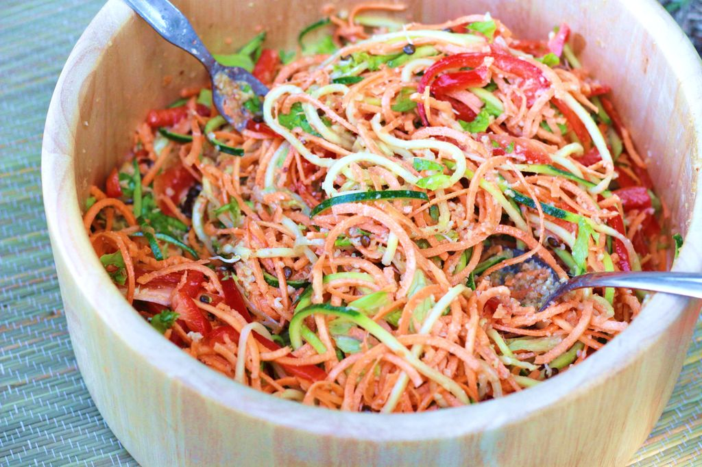 Alimentation Vivante Crue Salade Thai Sauce Aux Amandes
